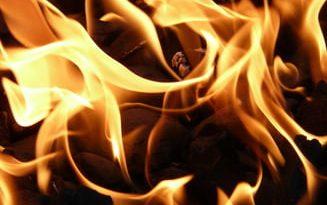 Garsonieră cuprinsă de flăcări de la o lumânare aprinsă, în miez de noapte, la Rădăuți