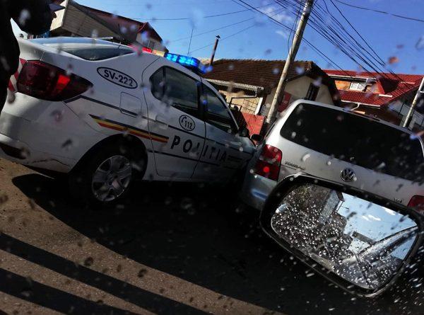 Autospecială a poliţiei tamponată în intersecţia Orizont din Burdujeni, la Suceava