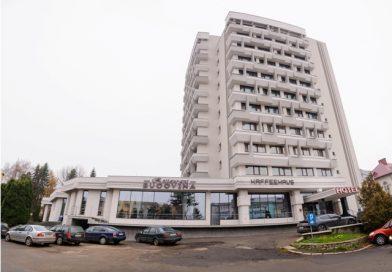 Copil de 1 an și opt luni accidentat la ieșirea din hotelul Bucovina. Șoferul indicat de părinți ca fiind autorul accidentului, rudă a proprietarului, se declară nevinovat