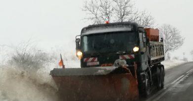 Pe drumurile din județ carosabilul este umed, pe anumite porțiuni acoperit cu zăpadă și polei. S-au folosit peste 600 de tone de material antiderapant