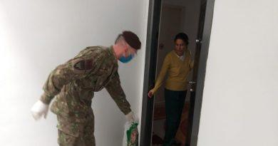 380 de pachete cu produse împărțite de militari locuitorilor în dificultate din Suceava. CL Suceava a aprobat încă 200.000 de lei pentru pachete alimentare și ajutoare financiare de urgență