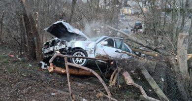 Accident pe Calea Unirii, la Grupul Școlar. După ce a lovit un pieton, un șofer s-a rănit grav  izbindu-se  cu mașina în copacii de pe marginea șoselei