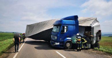 Circulația rutieră blocată mai bine de un ceas pe DN2  la Dănila, după ce un TIR încărcat cu parchet s-a răsturnat de-a curmezișul șoselei