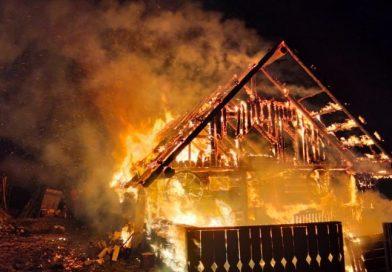 Casă distrusă de foc la Cârlibaba, de la un coș de fum neizolat