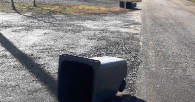 Prăpăd făcut de un șofer pe strada Grigore Alexandru Ghica din Suceava: a răsturnat două tomberoane și a izbit patru mașini